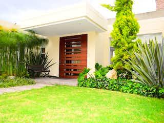 Una casa que tiene un árbol en ella en Casa en venta en Casco Urbano Sopó de 3 habitaciones
