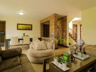Una sala de estar llena de muebles y una mesa en Casa en venta Envigado San Lucas