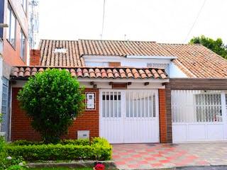 Un gran edificio con un reloj en él en Casa en Venta LA FLORESTA NORTE