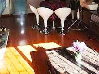 Una sala de estar llena de muebles y una mesa en Apartamento en venta Ubicado en la Calleja