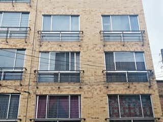 Un gran edificio de ladrillo con una gran ventana en APTO EN VENTA - LA GRANJA
