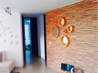 Una sala de estar llena de muebles y un reloj en Apartamento en Venta en Sabaneta