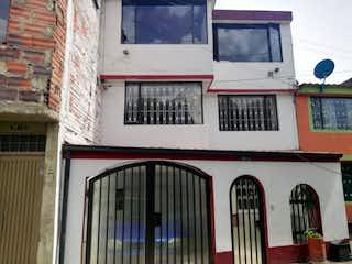 Un gran edificio con un montón de ventanas en Casa en venta en Pradera Norte 220m²