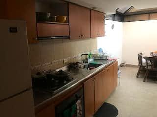 Una cocina con una estufa de fregadero y nevera en Casa en venta en Barrio Modelia, 149m²