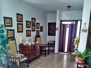 Una sala de estar llena de muebles y una mesa en Casa en venta en Calasanz, de 262mtrs2