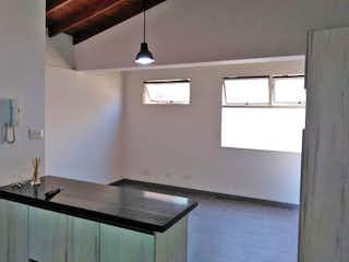 Un cuarto de baño con lavabo y un espejo en Apartamento en venta en Las Acacias, de 41mtrs2