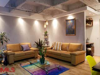 Una sala de estar llena de muebles y una gran ventana en Balcones de Fidelena