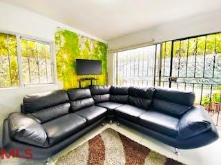 Una sala de estar llena de muebles y una gran ventana en Camino Verde De Los Naranjos