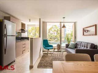 Una sala de estar llena de muebles y una chimenea en Manzanares de la Cuenca