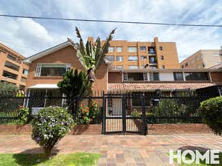 Un edificio de ladrillo con un árbol delante de él en Espectacular Casa- 4habs+estudio Patio Y Terraza – RENTA-Cr23 Cll104A-CHICÓ Navarra