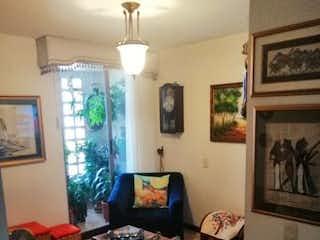 Una sala de estar llena de muebles y una ventana en SENDEROS DE OTRA PARTE