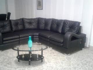 Una sala de estar llena de muebles y un sofá en Apartamento en venta en Medellín, San Joaquín