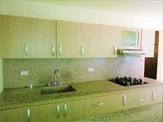 Una cocina con un lavabo y un espejo en Venta de apartamento en conquistadores