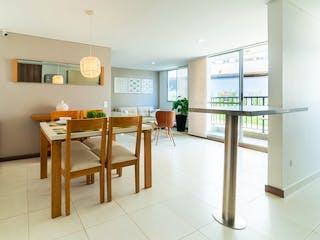 Una sala de estar llena de muebles y una ventana en Sierra Morena
