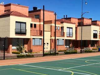 Un par de edificios en una pista de tenis en Casa