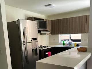 Un refrigerador congelador blanco sentado dentro de una cocina en SE VENDE APARTAMENTO EN SAN GERMÁN, MEDELLÍN