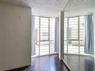 Una vista de una sala de estar con un gran ventanal en Apartamento en venta en Condesa, de 72mtrs2