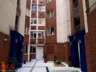 Un edificio de ladrillo con un letrero en la calle en Orion 2