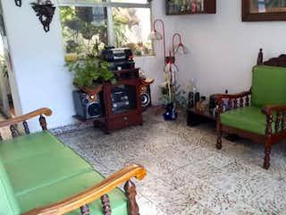 Una sala de estar llena de muebles y una chimenea en Apartamento en venta en Mesa, de 97mtrs2