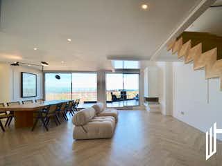 Una sala de estar llena de muebles y una televisión de pantalla plana en APARTAMENTO CON TERRAZA PARA VENTA EN BOSQUE MEDINA