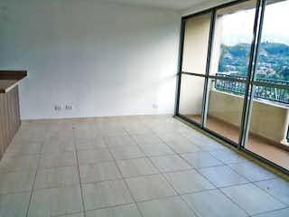 Un cuarto de baño con un inodoro y una ventana en Apartamento en venta en La Aldea, de 65mtrs2