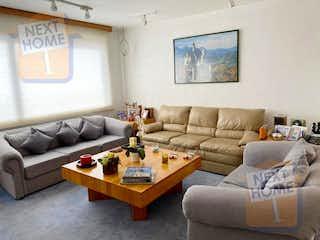 Una sala de estar llena de muebles y una gran ventana en VENTA CASA en CONDOMINIO VISTA HERMOSA