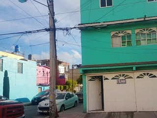 Un edificio verde y blanco en el lado de una calle en CASA EN VENTA EN IZTACALCO