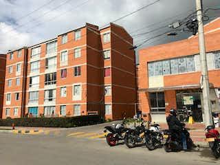 Un par de motocicletas estacionados delante de un edificio en 102889 - Se Vende Apartamento en Parques de San Rafael, Zipaquirá