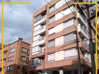 Un edificio alto sentado al lado de un edificio alto en APARTAMENTO EN VENTA EN SANTA BARBARA