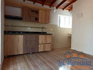 Un dormitorio con suelos de madera y una cama en