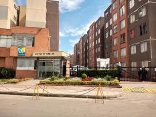 Una calle de la ciudad con edificios y una calle en Conjunto