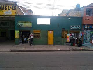 Una persona caminando por una calle de la ciudad en Casa en venta en Barrio Puente Aranda de 7 alcobas