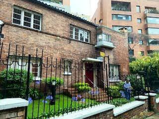 Un gran edificio de ladrillo con una gran ventana en Casa En Arriendo/venta En Bogota Rosales