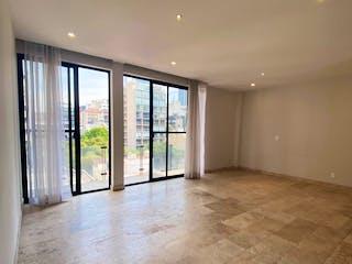 Una habitación muy bonita con una gran ventana en
