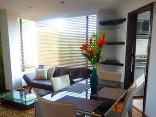 Una sala de estar llena de muebles y una televisión de pantalla plana en Apartamento en venta Ubicado en la Calleja