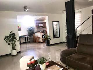 Una sala de estar llena de muebles y una chimenea en Casa en venta en La Cuenca, de 150mtrs2