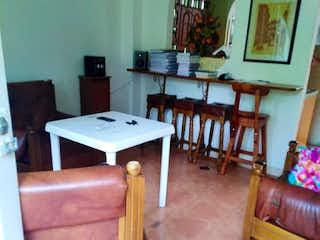 Una sala de estar llena de muebles y una mesa en Casa en venta en Cabecera San Antonio de Prado, de 80mtrs2