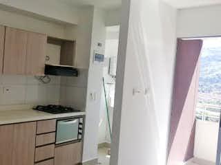 Una cocina con una estufa de fregadero y armarios en Apartamento en venta en Niquía, de 65mtrs2