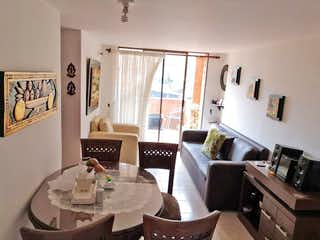 Una sala de estar llena de muebles y una chimenea en Apartamento en venta en Carlos E. Restrepo, de 74mtrs2