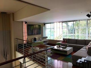 Una sala de estar llena de muebles y una ventana en Casa en venta en Santa María De Los ángeles de 4 habitaciones