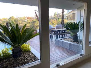 Una vista de una palmera en un patio en Preciosa casa remodelada en condominio  en Bosques con Jardín y terraza