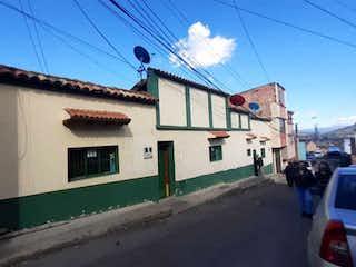 Un edificio con un letrero en la calle en Se vende casa Excelente oportunidad para proyecto de construcción