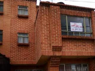 Un edificio de ladrillo con un reloj en el lado en SE VENDE CASA ZIPAQUIRA CON 2 APARTAMENTOS INDEPENDIENTES!