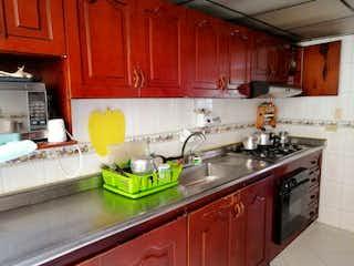 Una cocina con armarios de madera y un fregadero en Excelente Oportunidad Se Vende Casa En Kennedy Excelente Ubicacion