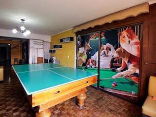 Una sala de estar llena de muebles y una pintura en Apartamento en Venta en Centro Medellín