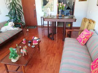Una sala de estar llena de muebles y un suelo de madera en Espectacular Apartamento en el norte de la ciudad de Bogota