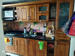 Una cocina con lavabo y microondas en Venta de casa En Unidad Cerrada La América, Medellín