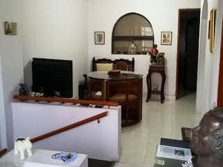 Una sala de estar llena de muebles y una televisión de pantalla plana en Casa en venta en La Piñuela de 3 hab. con Balcón...