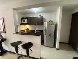 Una cocina con nevera y una estufa en APARTAMENTO EN VENTA BELLO SECTOR NIQUIA