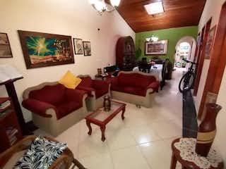 Una sala de estar llena de muebles y una televisión de pantalla plana en CASA EN VENTA RIONEGRO EL PORVENIR POSIBILIDAD CONSTRUIR